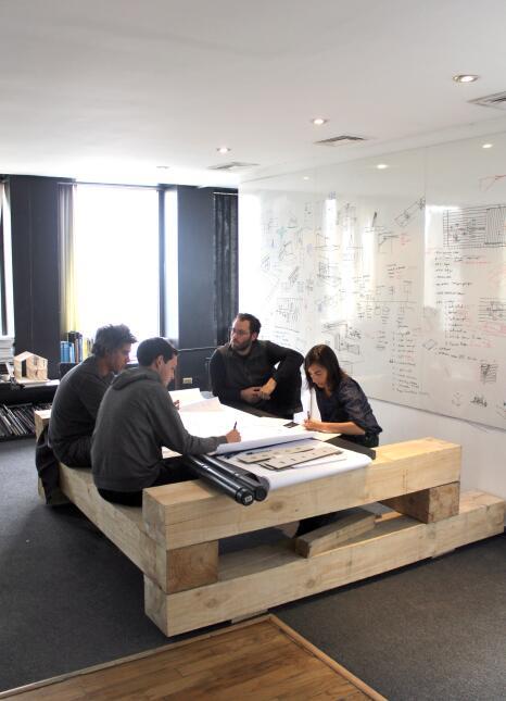 Sesión de trabajo en los talleres de Elemental, Santiago de Chile, 2013.