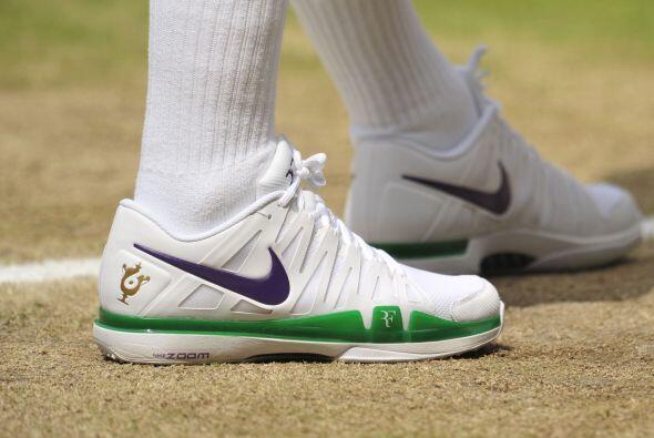 ¿Qué tal los tenis de Federer? con todo y sus iniciales.