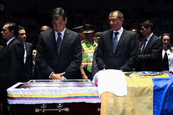 El presidente de Ecuador, Rafael Correa visitó la capilla ardiente de Ch...