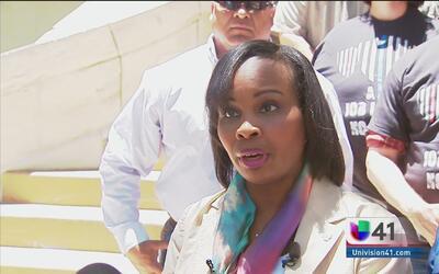 Policías apoyan a alcaldesa de San Antonio
