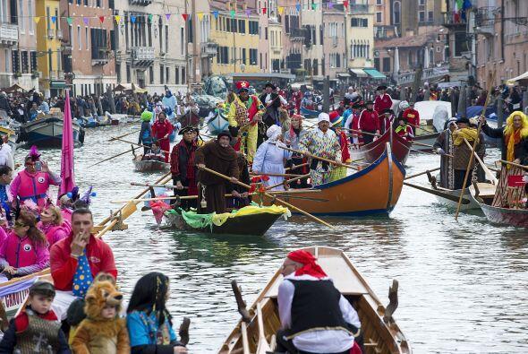 La ceremonia de apertura se desarrolla con el desfile de los barcos de V...