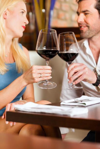 Una copa de vino o una cerveza están bien para acompañar la comida o la...