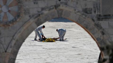 La policía de Israel revisa el lugar donde fueron asesinados dos...