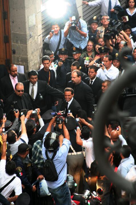 Luis Miguel entra al Casino Español, de Ciudad de México, en medio de un...