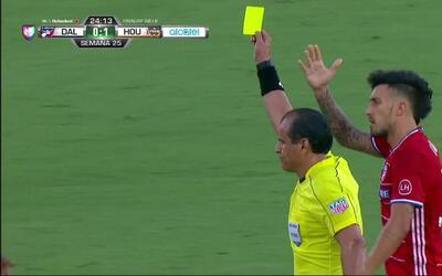 Tarjeta amarilla. El árbitro amonesta a Boniek García de Houston Dynamo