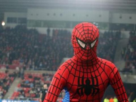 Un aficionado disfrazado del superhéroe saltó al terreno d...