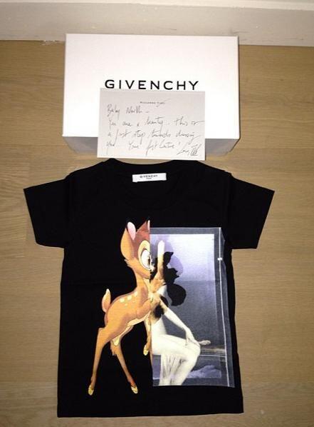 ¿Qué tal esta playerita de Givenchy? Fue una de las prendas más solicita...