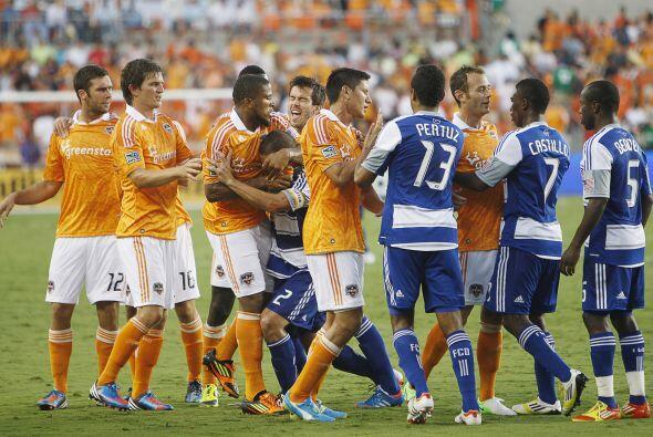 Ambos equipos se toman muy en serio este partido y la pasión se desborda.