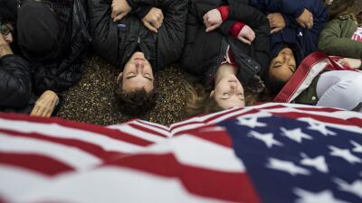 Los 'Adolescentes por la Reforma de Armas' realizaron su protesta frente...