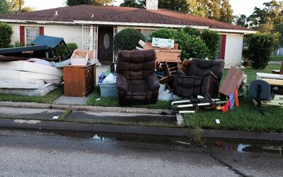 Imágenes de los muebles estropeados de un vecindairo en Orange, T...