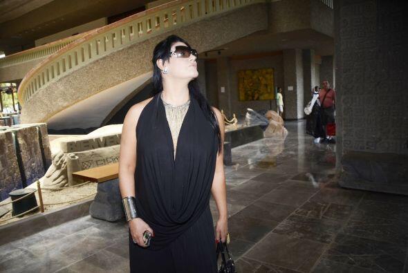 Alejandra Ávalos estuvo viendo el hotel mientras caminaba con su vestido...