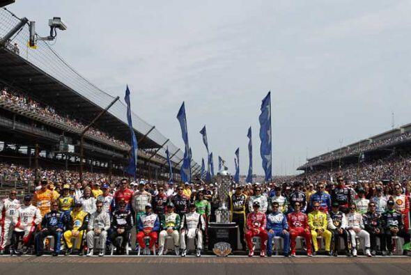 La generación 2011 de la tradicional Indy 500 antes del banderazo inicial.
