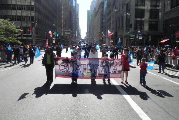Familias hispanas desfilan por la 5ta Avenida 344608403f994837aafc53753f...