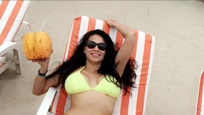 EN FOTOS: Sol, arena, mar y Carla Medrano