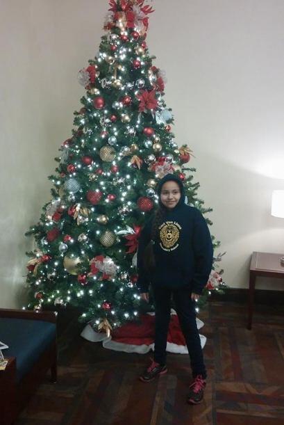 Selena Arce nos envió esta foto de su hija junto a un arbolito de navidad.