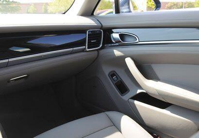El Porsche Panamera S 2010 cuenta con detalles y terminados en madera y...