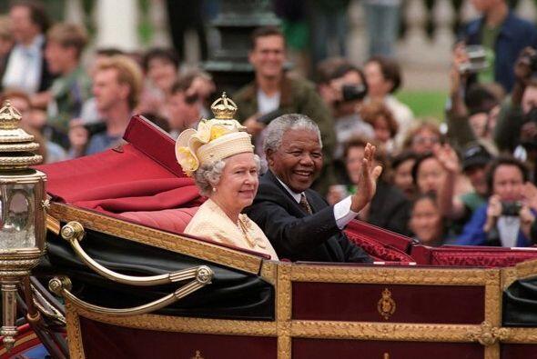 La reina Elizabeth de Inglaterra recibió a Mandela en el 2003