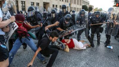 Choque entre agentes de la policía y manifestantes que protestaban por l...