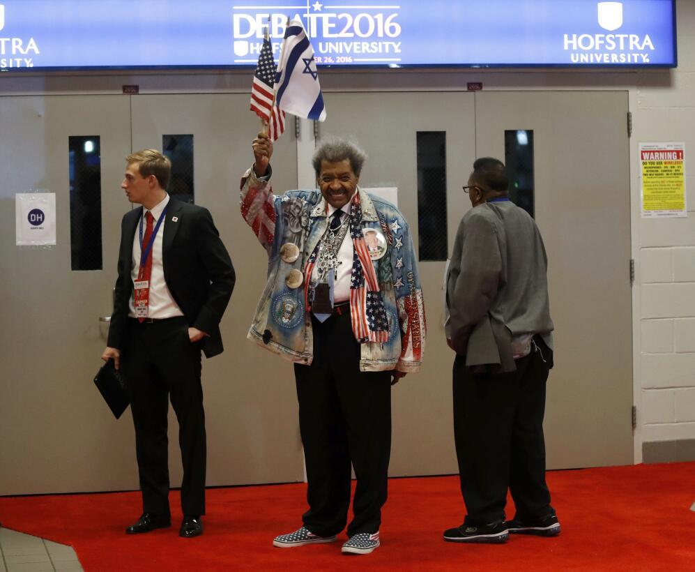 El promotor de Boxeo, Don King arriba al debate presidencial de esta noc...