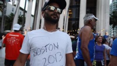 Participante de homenaje a corredores en el Maratón de Boston