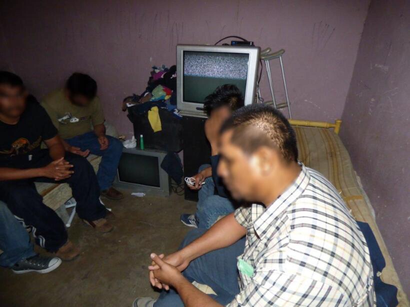 Hallan a 51 inmigrantes hacinados en una casa de seguridad en el sur de...