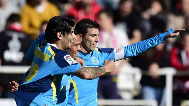 Banega y Reyes celebran junto con Bacca el gol del colombiano.