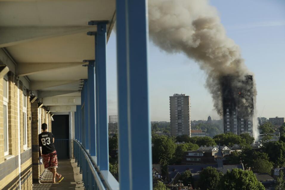 Incendio en Londres. Un poderoso incendio calcinó un edificio de...