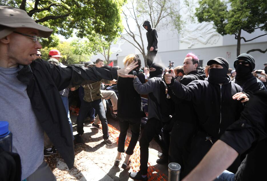 Unos 500 simpatizantes y detractores de Trump coincidieron en el evento...