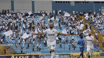 Comuniaciones goleó al campeón y se consolidó como líder del fútbol guatemalteco