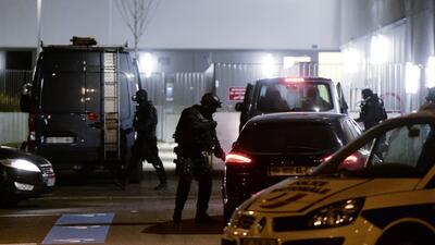 La policía francesa realizó 128 operativos más tras los atentados en Par...