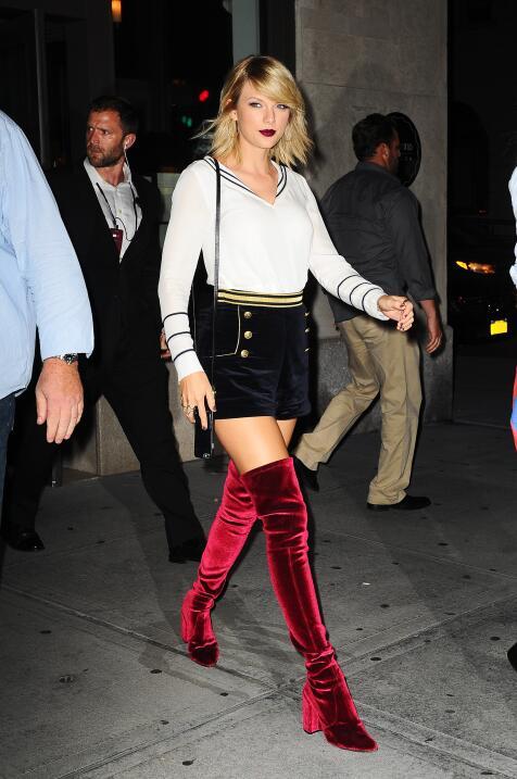 Taylor Swift vestida de marinera con botas de terciopelo rojo después de...