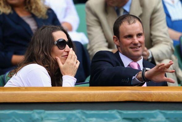 El capitán del equipo inglés de cricket Andrew Strauss, acompañado de su...