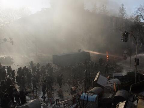 La policía ucraniana cercó hoy a los manifestantes en el c...