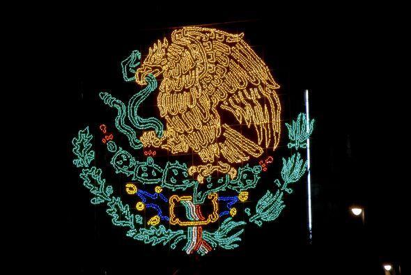 El zócalo de la capital mexicana se pinta de verde, blanco y rojo y el á...