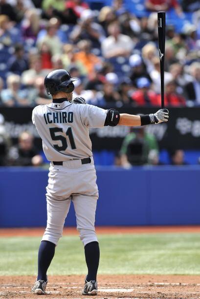 El jardinero japonés Ichiro Suzuki se convirtió en el primer jugador en...