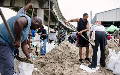 Habitantes de Nueva Orleans llenan bolsas de arena para proteger sus cas...