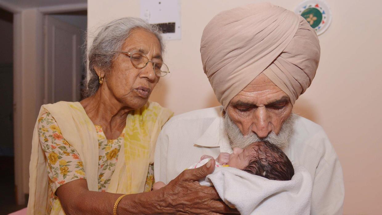 La madre de 70 años presenta a su bebé en la India