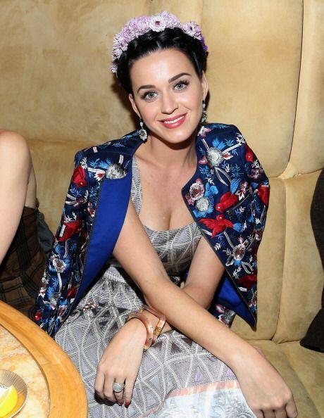 Otra 'celeb' amante del 'flower power' en su cabeza es Katy Perry. Ella...