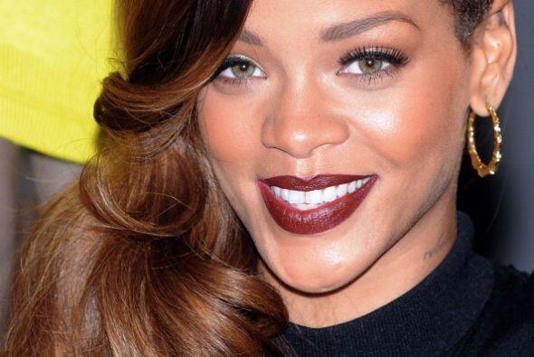 Rihanna logra estos increíbles labios, básicamente hidratándolos, exfoli...