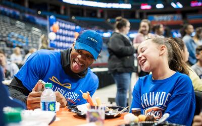 El Thunder recibió a 80 niños del Norman Boys and Girls Cl...