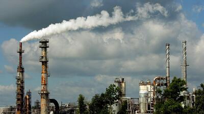 ¿Cuáles son los riesgos de estar en contacto con aire contaminado por toxinas del petróleo y gas?
