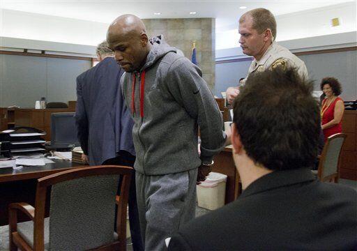 Floyd Mayweather Jr. purgó una condena de tres meses en el 2012 en el Es...