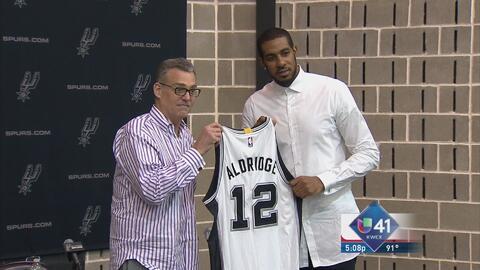 Aldridge aparece como parte de los Spurs