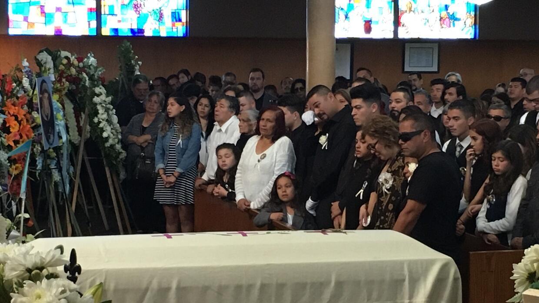 La familia de Elías Rodríguez llora durante las exequias e...