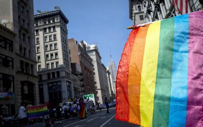 Las calles de Nueva York se tiñen de color con banderas arco iris en la...