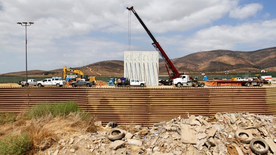 Una grúa coloca un panel de concreto de los ocho prototipos que se const...