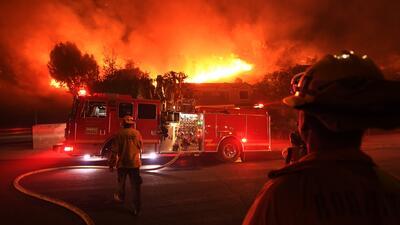 Órdenes de evacuación y cierres de vías continúan vigentes en zonas afectadas por los incendios en California