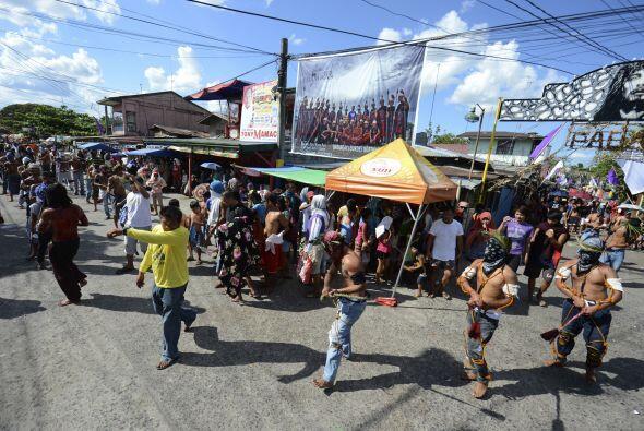 Flagelados y crucificados desfilan por el pueblo.