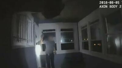En video: Dos agentes abaten a tiros a un hombre que salió de su casa armado con una pistola