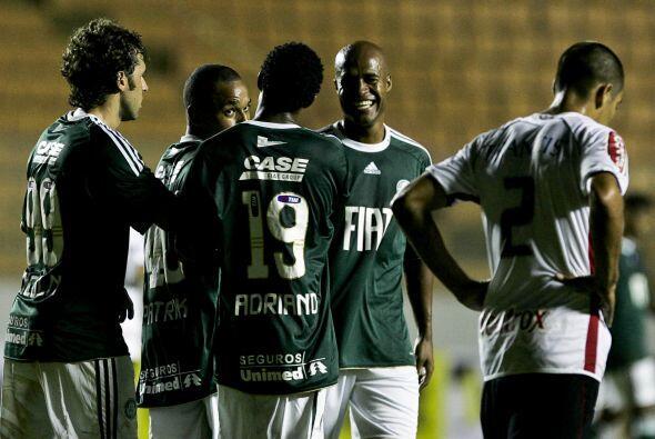 En tanto Palmeiras tuvo pocos problemas para deshacerse por 3-0 de Linense.